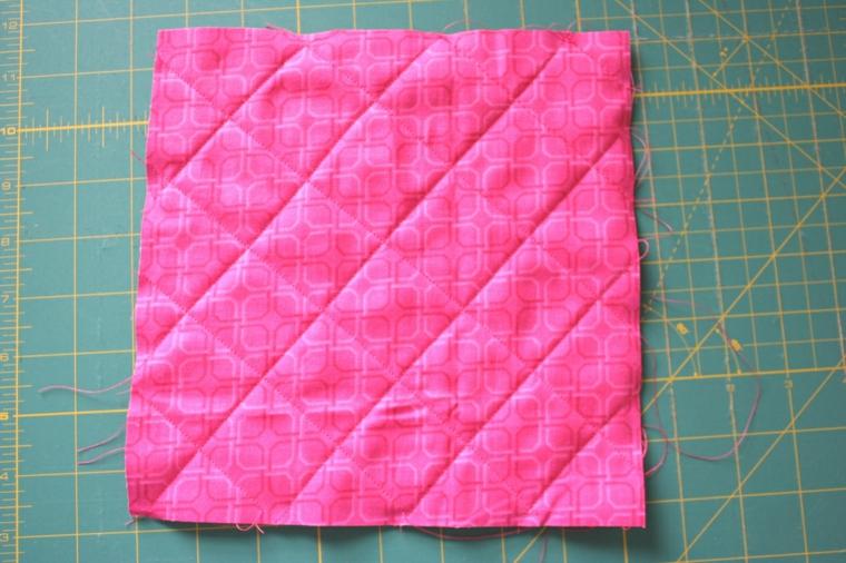 stoffe unite e cucite mediante cuciture in diagonale: fase per creare inviti compleanno bambini