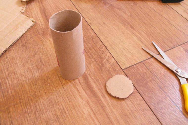 prima fase del tutorial per realizzare degli inviti compleanno bambini con dei rotoli di carta igienica