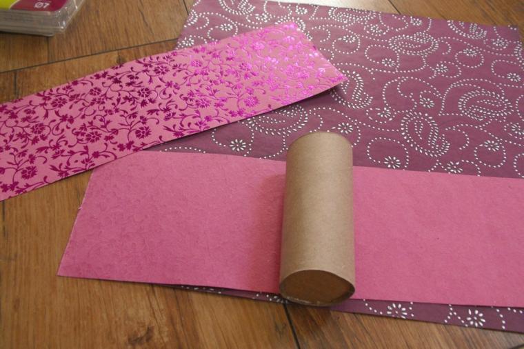 arrotolare la carta colorata intorno al rotolo di carta igienica per realizzare inviti compleanno bimba originali