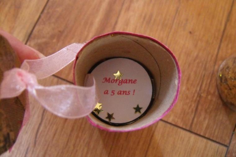 inserire i cerchi di carta all'interno del rotolo di carta igienica: idea per un invito per la festa compleanno fai da te