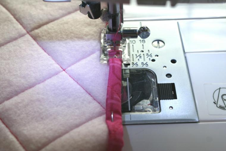 fase che mostra come cucire i bordi della stoffa degli inviti compleanno bimba fai da te