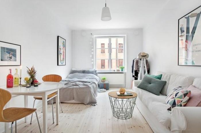divano lineare, tavolo appoggiato ad una parete, guardaroba a vista: alcune idee salvaspazio