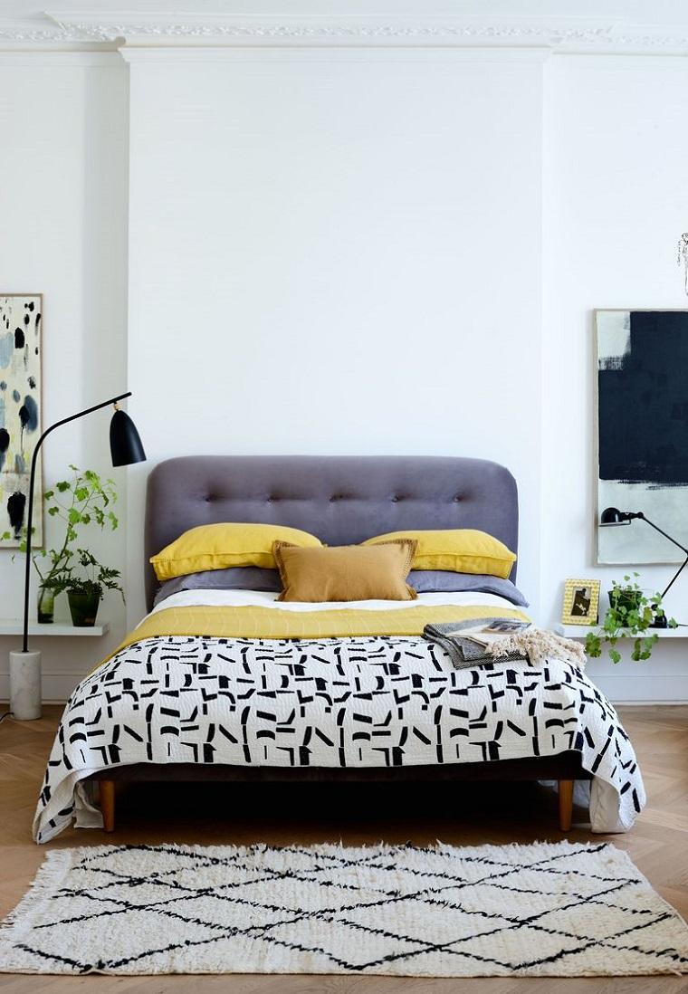 Idee arredo casa, camera da letto con pavimento in legno e tappeto, decorazioni pareti con quadri