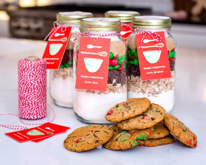 Regalini fai da te, barattoli di vetro con ingredienti per biscotti, rotolo di spago bianco e rosso