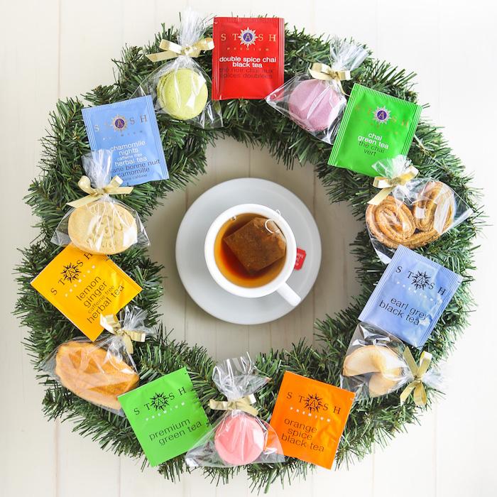 Corona con bustine da tè, regali fai da te, corona con rametti verdi, tazza con tè