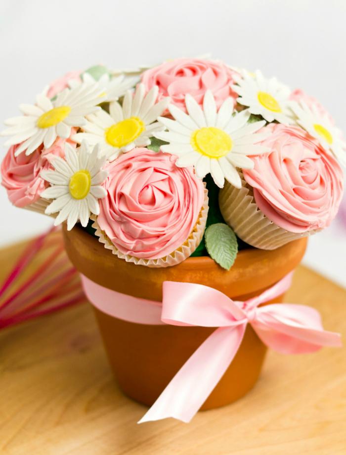 Vaso di terracotta con nastro, muffin a forma di fiori, regali fai da te