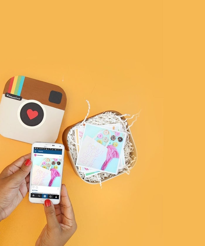 Fare foto con telefono, scatola per fotografie, logo di Instagram, sorprese per lui fai da te