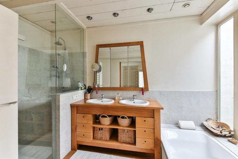 Box doccia in vetro, mobile con due lavandino di legno, vasca da bagno, arredare bagno piccolo