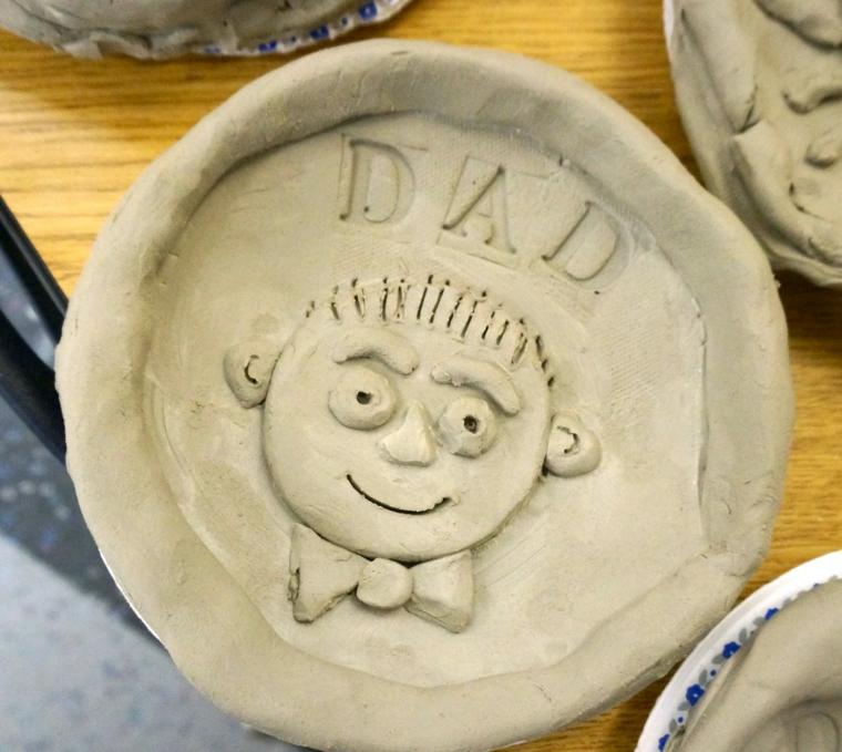 un'idea originale fai da te per il regalo per papà: un piatto realizzato con la creta