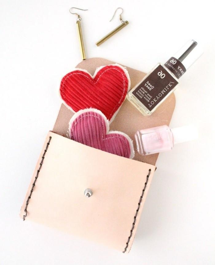 Oggetti fai da te semplici, pochette di pelle colore rosa, smalti colorati e vari accessori