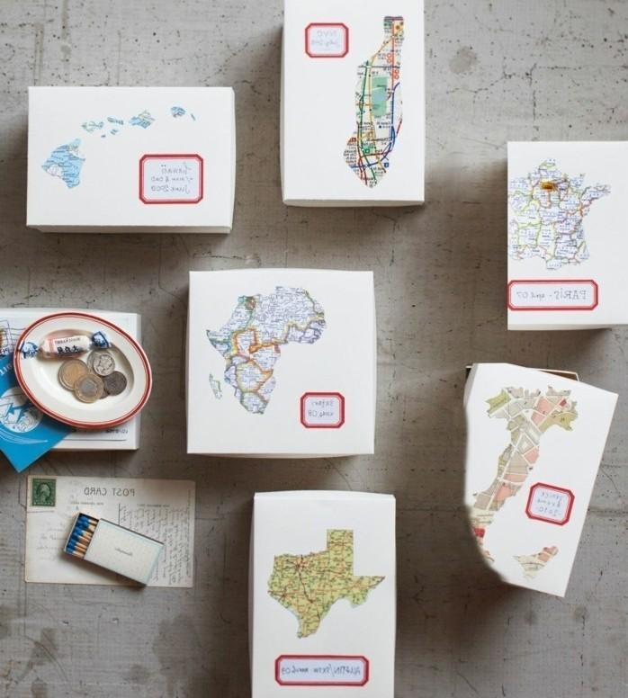 Regali fatti a mano, scatoline con regali da un viaggio, decorazione con mappe e cartoline