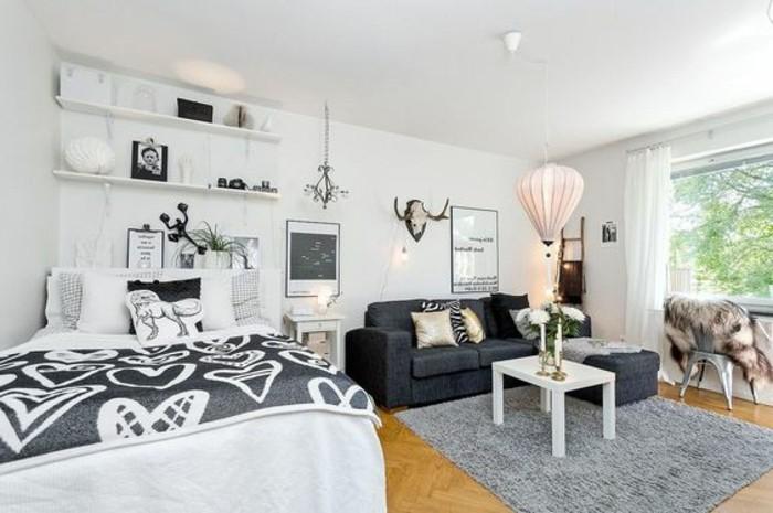 alcune idee case piccolissime con divano grigio con chaise longue, letto matrimoniale e mensole