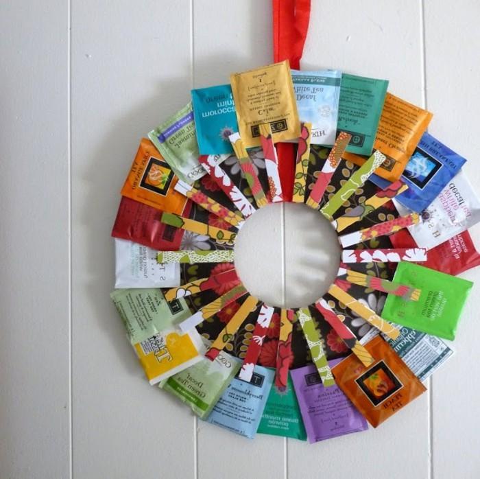 Immagini regali, sacchettini di the a forma di cerchio, tenute con mollette di legno decorate