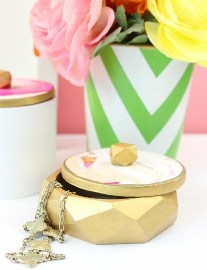 Creazioni fai da te, scatola con coperchio portagioielli, dipinto di colore oro, vaso con fiori