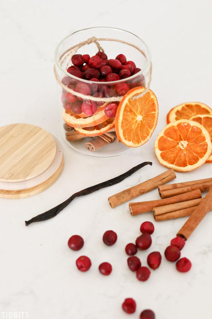Regali fai da te, barattolo di vetro con frutta secca, bastoncini di cannella e baccello di vaniglia