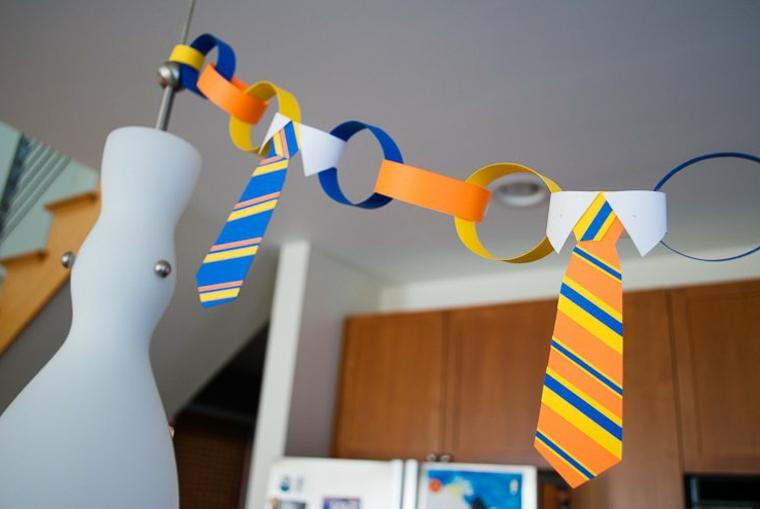 delle cravatte a strisce colorate appese in un festone come regalo per papà