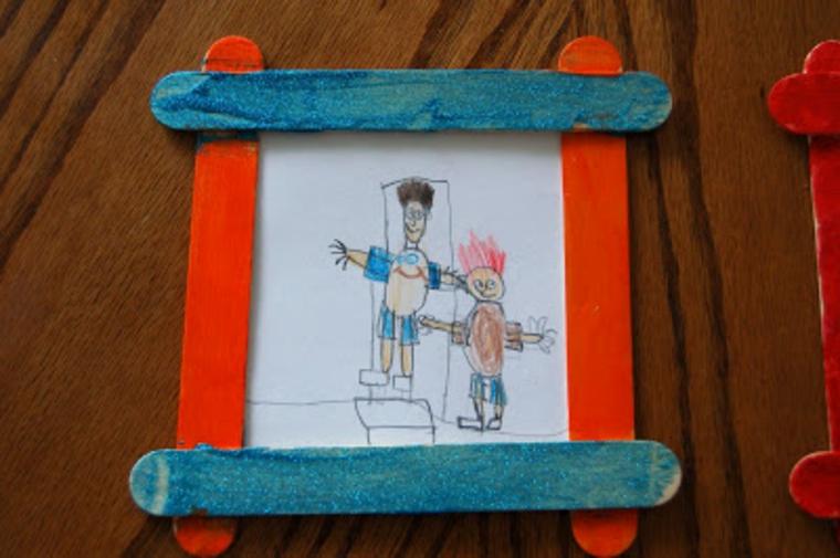 cornice realizzata fai da te con dei bastoncini colorati: idee regalo per papà originali
