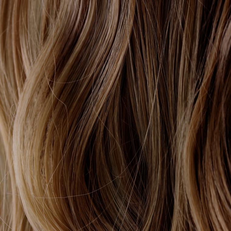 proposta di colore capelli nocciola con dei balayage biondi, piega liscia