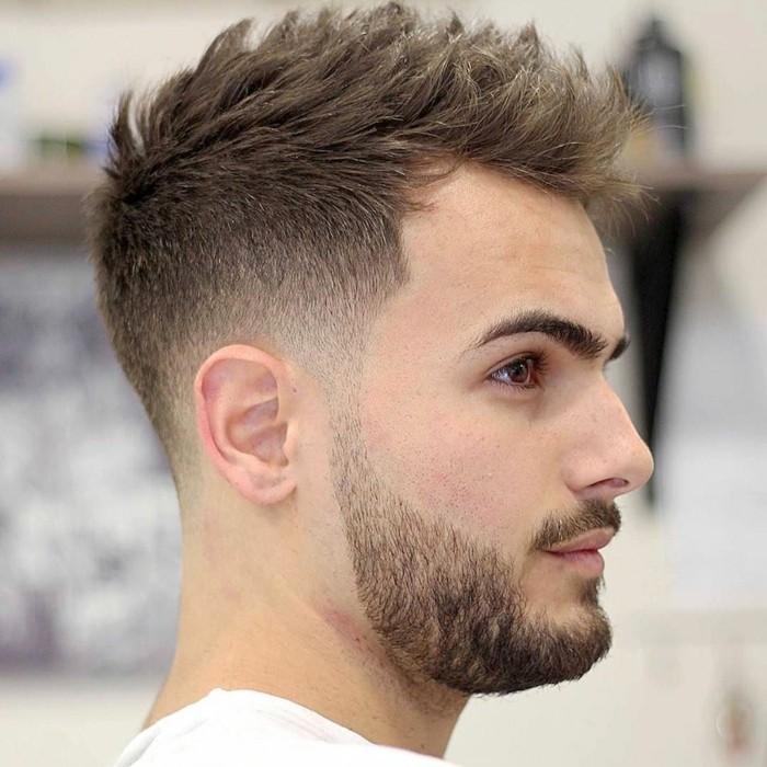 ragazzo con un esempio di capelli uomo corti con una cresta di media lunghezza
