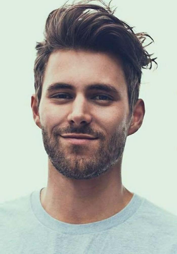 ragazzo con la barba e un'idea di tagli di capelli maschili con ciuffo lungo pettinato a lato