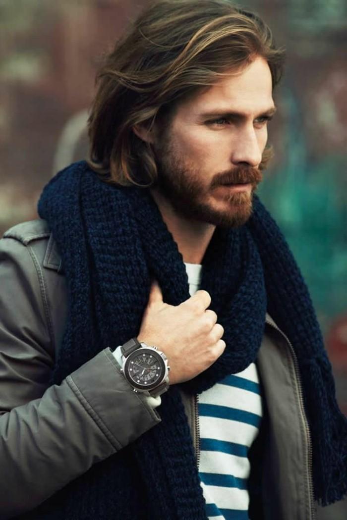 un'idea di taglio capelli uomo lunghi pettinati in modo naturale con una barba folta