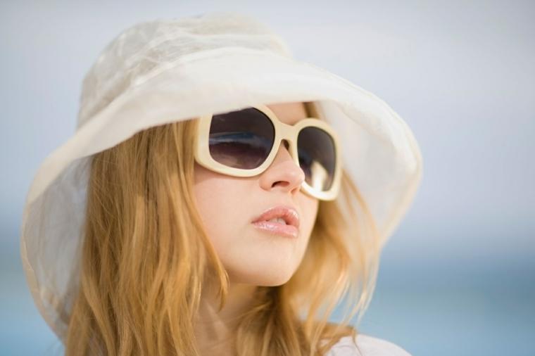 capelli biondo ramato, rossetto arancio con un gloss lucido, occhiali e capello bianchi