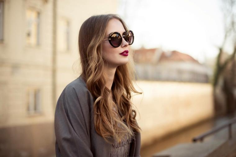 rossetto bordeaux, occhiali vintage, color nocciola capelli lunghi e ondulati