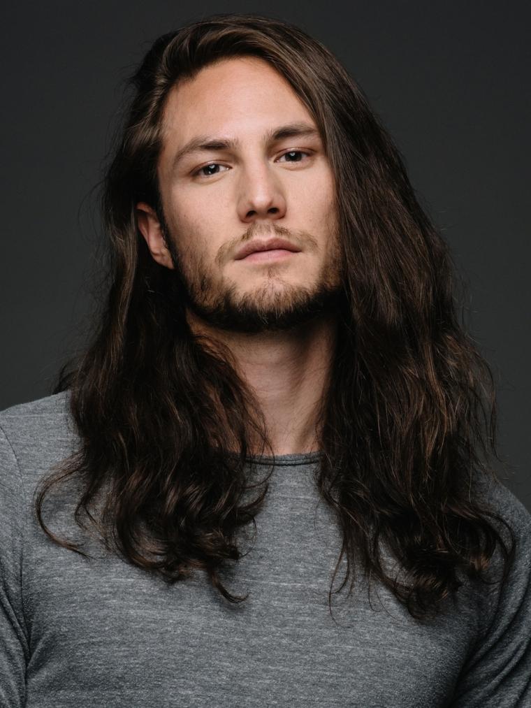 Acconciature uomo, ragazzo con capelli lunghissimi di colore castano, uomo con barba