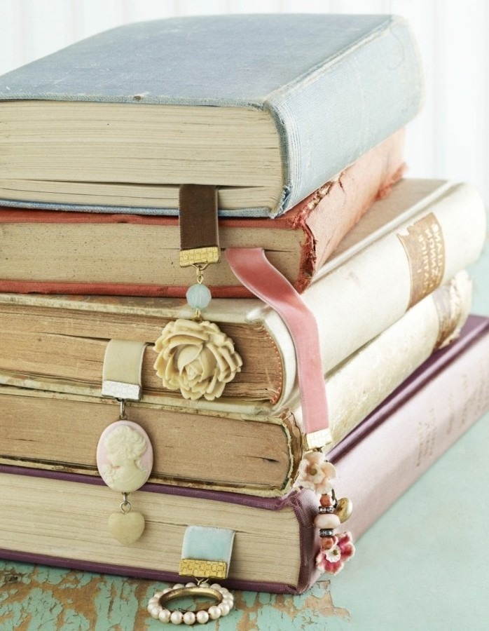 Segnalibro catena e gioiello, regali fai da te, libri con copertine colorate messi uno sopra l'altro