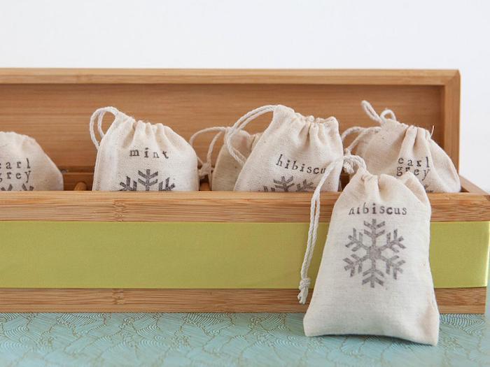 Pensierini di Natale fai da te, scatola di legno con bustine, sacchettino con gusti di tè