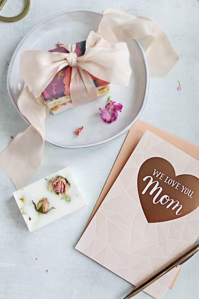 Cartolina con scritta per la mamma, sapone fatto in casa, regalini Natale