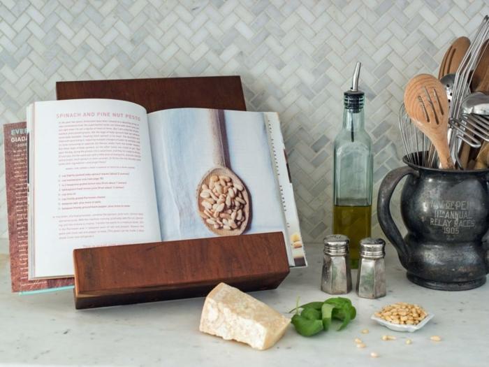 Regalo fai da te in legno, reggilibro da cucina, ingredienti sul piano di lavoro
