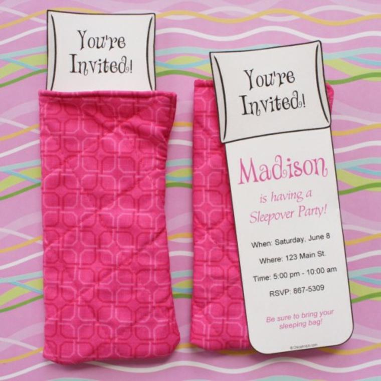 idea per realizzare degli inviti per feste di compleanno con della stoffa di riciclo