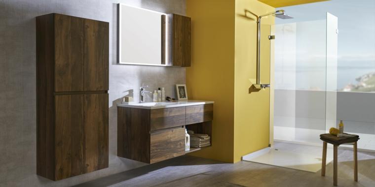 Idea arredo bagno moderno, armadio di legno con quattro porte, mobile legno sospeso, parete accento colore giallo