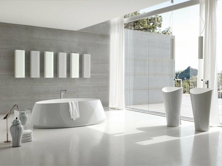 Idee rivestimento bagno, vasca forma arrotondata, parete colore grigio, tende bianche