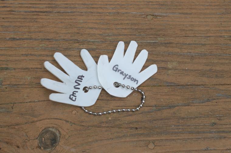 un portachiavi originale realizzato con le sagome delle manine, idea per lavoretti per bambini