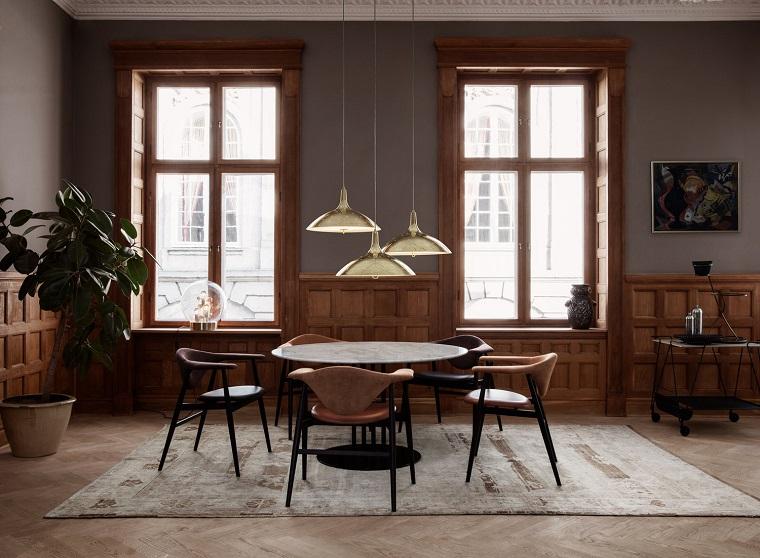 Arredare casa idee originali, sala da pranzo con mobili di legno, pavimento gres e tappeto colore chiaro, tavolo e sedie vintage