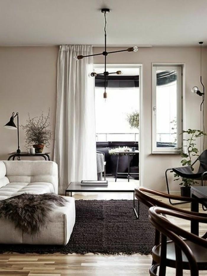 Color tortora abbinamenti, soggiorno con pareti grigio chiaro e tende bianche, mobili in legno