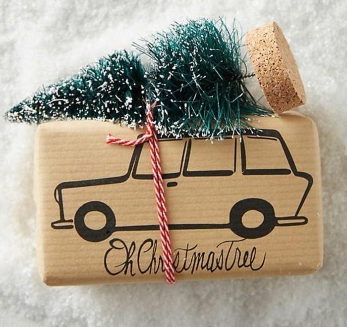 Decorazioni natalizie, creazioni fai da te, saponetta incartata e decorata con un alberello e filo
