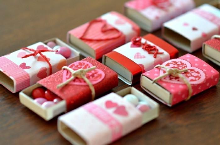 Idea regalo per la Festa di San Valentino, scatolette con caramelle decorata con cuoricini