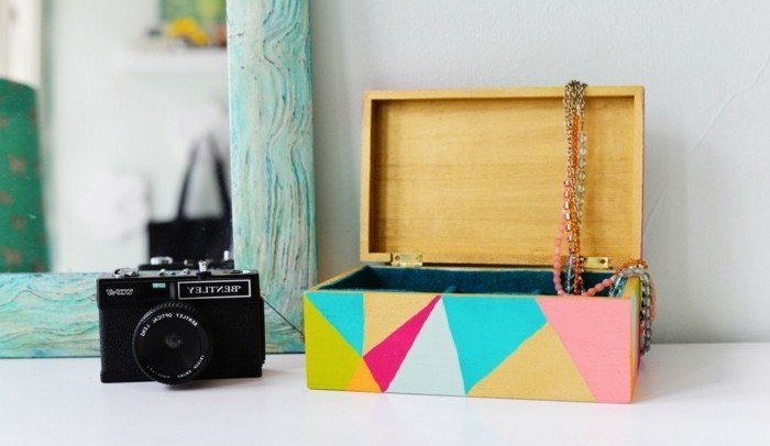 Regalini fai da te, scatola portagioielli di legno, decorata con motivi geometrici di vario colore