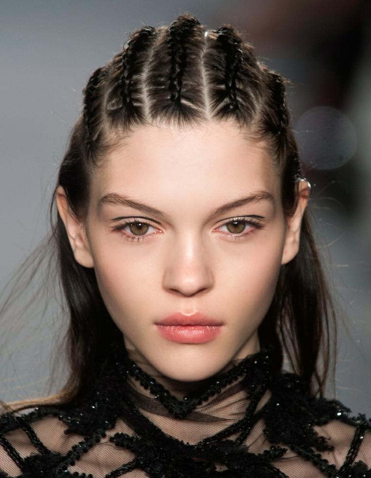 un'idea per creare un semi raccolto di tendenza con alcune trecce che partono dall'attaccatura dei capelli
