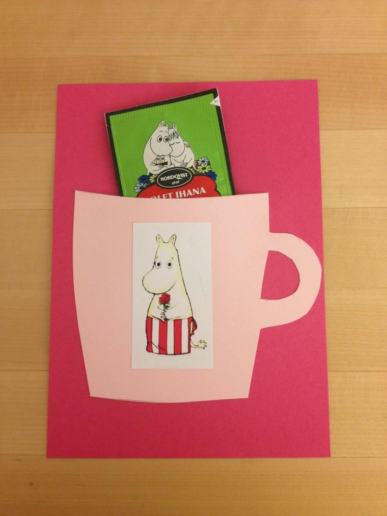 proposta semplice e graziosa con una tazza rosa applicata a un cartoncino come invito di compleanno