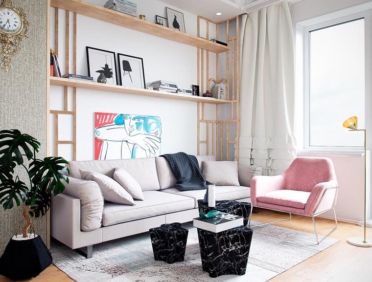 Idee per arredare casa, soggiorno con un divano grigio e poltrona rosa, tavolini bassi effetto marmo
