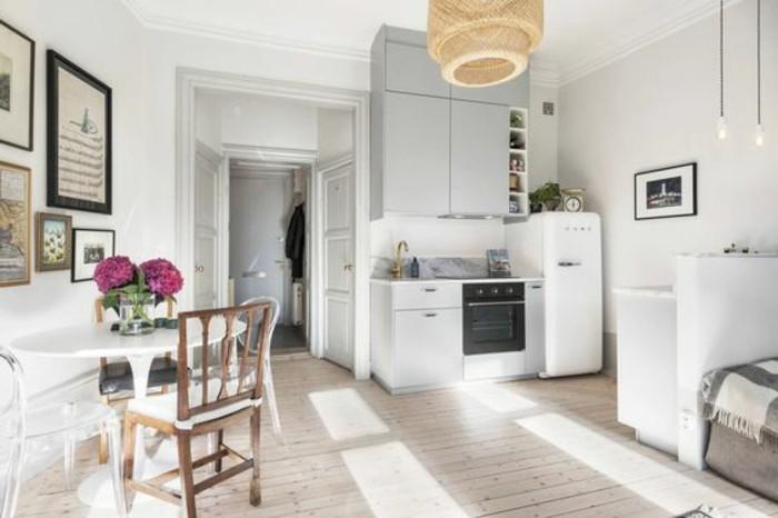 alcune idee salvaspazio casa con pareti, mobili e porte bianche, sedia in legno e lampadario marrone chiaro