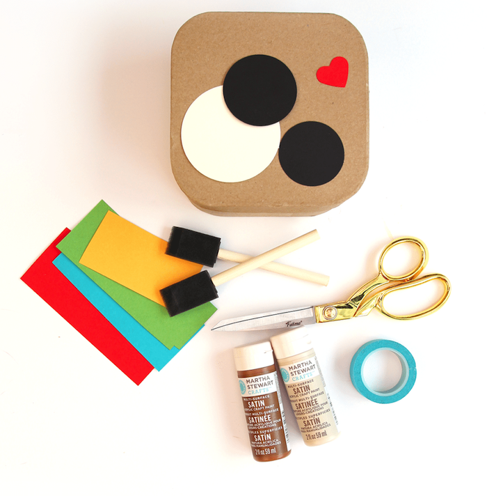 Scatola di cartone con disegno logo Instagram, materiali per lavoretto, regalini Natale