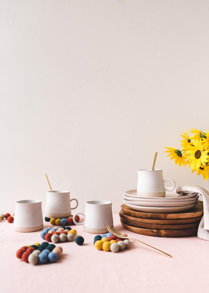 Sottobicchieri da palline di lana, bicchieri e piatti di porcellana, regali fai da te