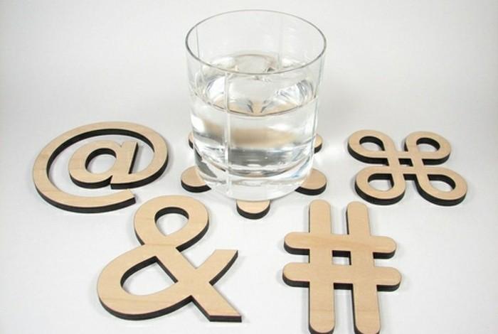 Idee fai da te, sottobicchieri di legno diversa forma, bicchiere di vetro con acqua