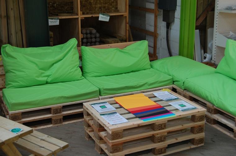 set di mobili realizzati riciclando i pallet completi di cuscini verdi e tavolo rettangolare