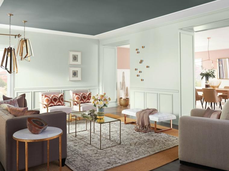 Soggiorno con poltrone bianche e divano, tavolini in legno e vetro, idee per arredare casa